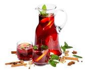 Meyve kabı ve iki bardak içmek. beyaz izole — Stok fotoğraf
