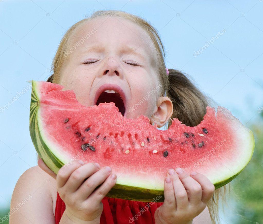吃西瓜的小女孩