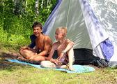 Glada pojkar nära camping tält — Stockfoto