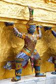 Olbrzym w wat phra kaeo, królewski pałac grand - bangkok, thaila — Zdjęcie stockowe