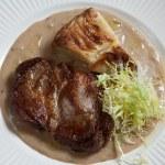 Steak with potato gratin — Stock Photo
