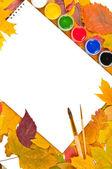 Album mit farben und pinsel in einem frame der blätter — Stockfoto