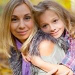 lycklig familj på promenad i höst park — Stockfoto
