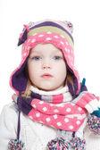 Charmante petite fille dans un chapeau d'hiver lumineux et un foulard — Photo