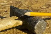 Hammer und einen bleistift — Stockfoto