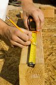 Operaio legno di misura — Foto Stock