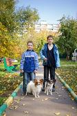 Twee jongens met honden — Stockfoto