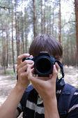 Lange haren man met camera — Stockfoto