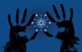 Die hände halten eine schneeflocke auf dunkel blauem hintergrund — Stockvektor
