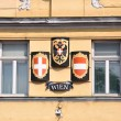 Coat of arms and flag of Vienna and Austria at facade in Vienna — Stock Photo