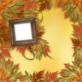Ljusa höstlöv på abstrakt bakgrund med trä fram — Stockfoto