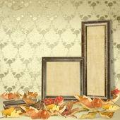 落ち葉の床と木製の写真フレーム — ストック写真