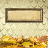 De gevallen bladeren op de vloer en houten afbeeldingsframes — Stockfoto
