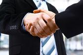 Handskakning i office — Stockfoto