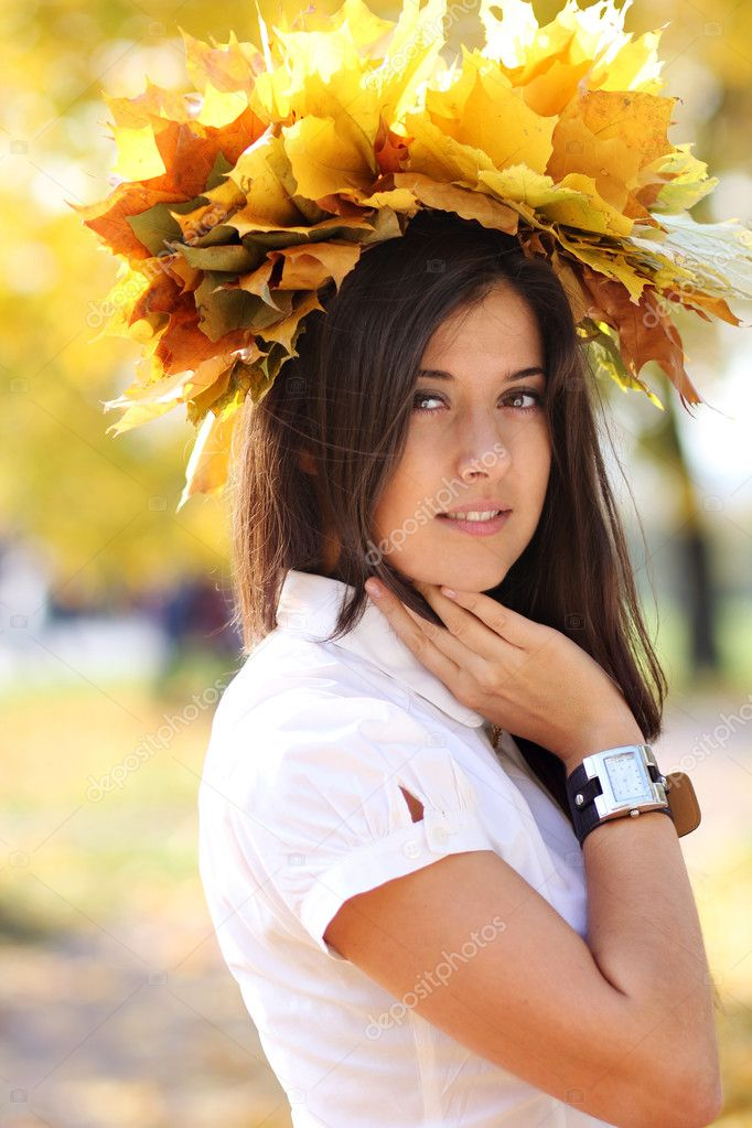 Young beautiful girl with a bouquet of maple leaves — Stock Photo #7154192