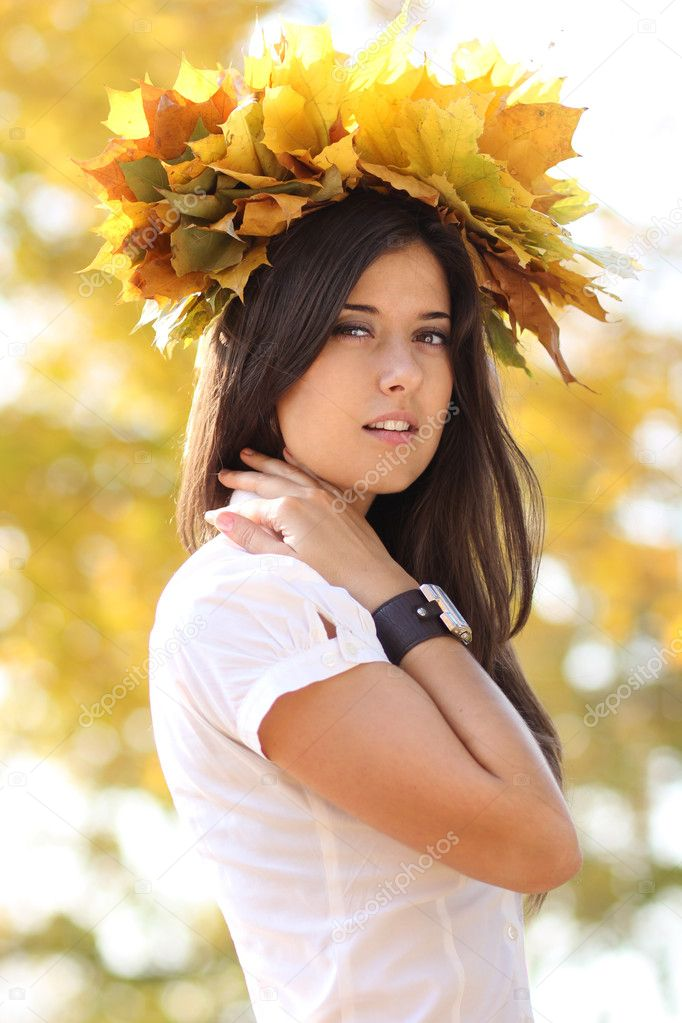 Young beautiful girl with a bouquet of maple leaves  Foto Stock #7154195