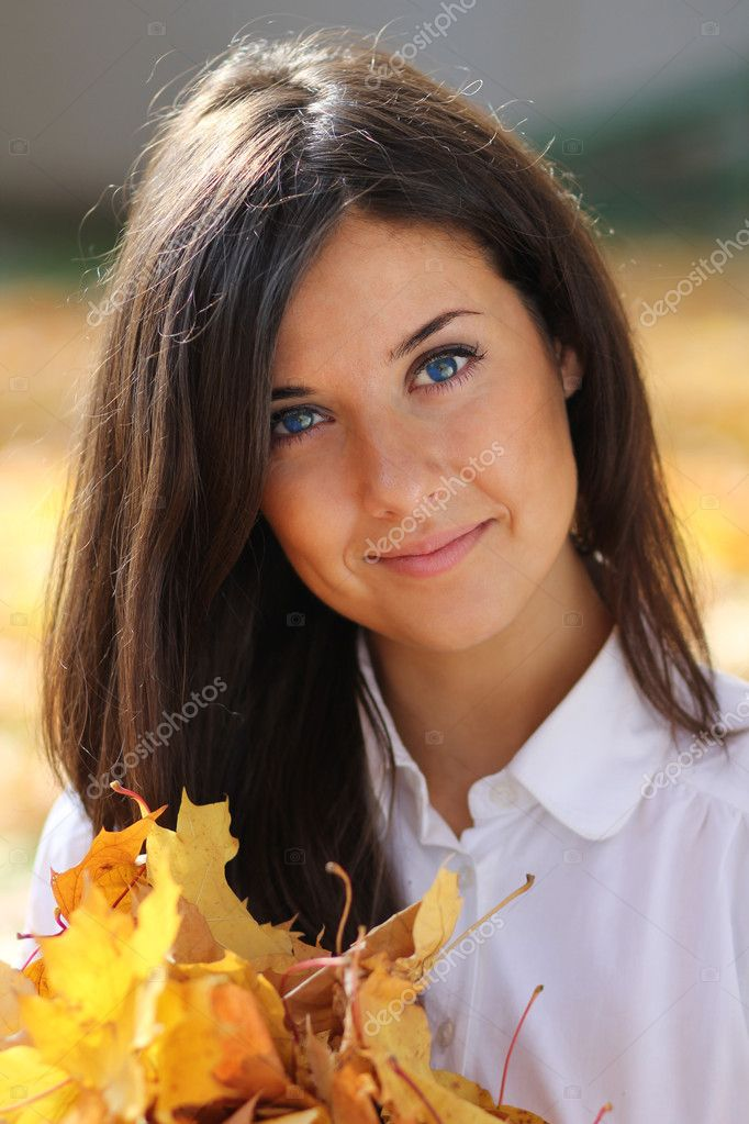 Young beautiful girl with a bouquet of maple leaves — Stock Photo #7154208