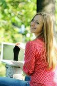 Rubia divirtiendo con el ordenador portátil — Foto de Stock