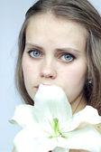 Menina com uma flor — Fotografia Stock