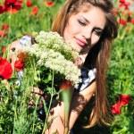 menina com um monte de flores silvestres — Foto Stock