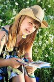 Teen mädchen ein buch zu lesen — Stockfoto