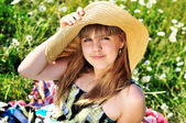 Teen girl in daisies — Stock Photo