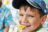 Boy eating french fries — Stock Photo