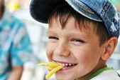Jongen eten frietjes — Stockfoto
