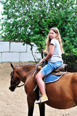 Genç kız sürme at — Stok fotoğraf