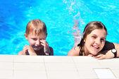 Hermano y hermana en la piscina — Foto de Stock