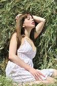 Garota sensual na relva seca — Foto Stock