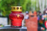 Kerze auf stein grab auf dem friedhof — Stockfoto