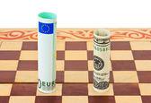 Dolar i euro na szachownicy — Zdjęcie stockowe