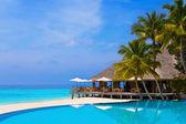 Kavárna a fond na tropické pláži — Stock fotografie