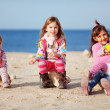Kinder spielen am Strand — Stockfoto