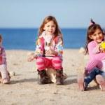 niños jugando en la playa — Foto de Stock