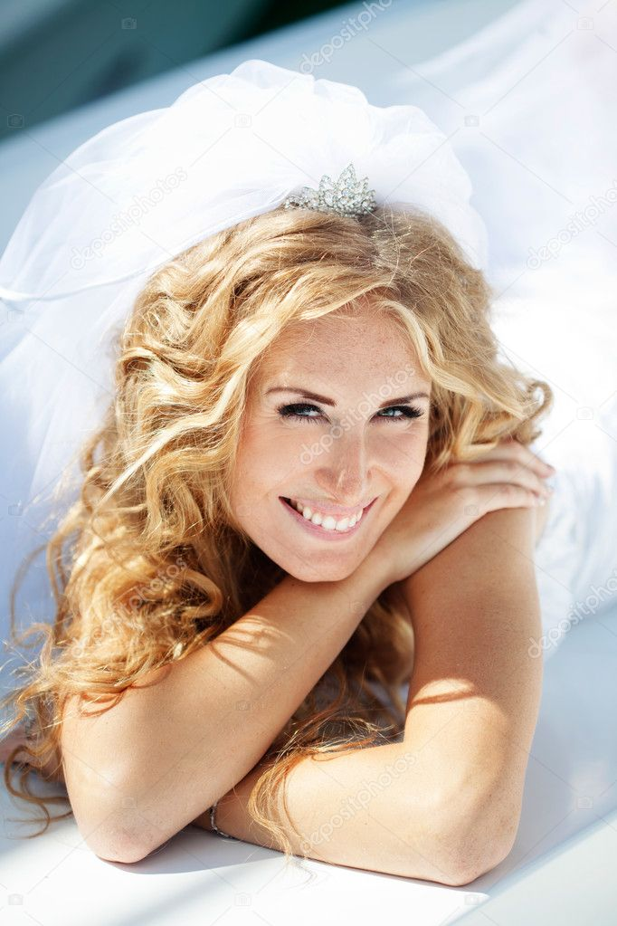 Beautiful bride posing in her wedding day — Stock Photo #6851436