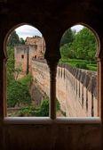 Bastiões medievais, vistos através da janela do castelo — Foto Stock