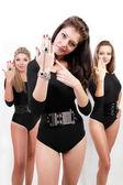黒いボディー スーツの 3 つのセクシーな女性のグループ — ストック写真