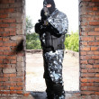 Sniper in black mask targeting with a gun - Foto Stock