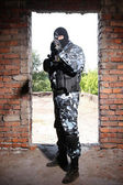 Sniper in black mask targeting with a gun — Stockfoto