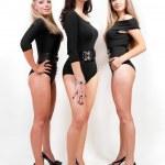 Grupa trzech sexy panie w czarnych garniturach ciała na obcasach — Zdjęcie stockowe