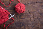 Ball of wool and knitting needles on a wooden background — Stock Photo