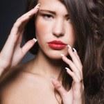 mujer hermosa con maquillaje brillante y manicura — Foto de Stock