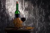 Butelka czerwonego wina i szkło na stary kamień — Zdjęcie stockowe