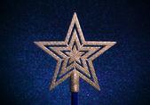 Mavi bir arka plan üzerinde noel altın yıldız. — Stok fotoğraf
