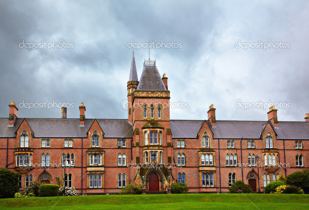 View at the Queen's University of Belfast in rainy day — Stock Photo #6746118