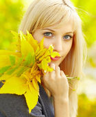 Woman and Autumn — Stock Photo