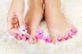 Pieds dans un séparateur d'orteil — Photo