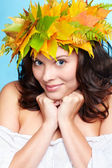 Menina no outono garland — Fotografia Stock